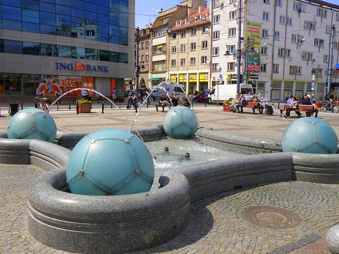 """9. Fontanna (""""piłkarska"""") na Placu przy Katedrze św. Marii Magdaleny - proj. Anna Kościuk, Grzegorz Kilian, 2007, ul. Szewska/Wita Stwosza, fot. Monika Muszyńska"""